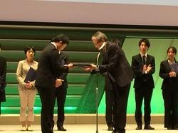 表彰式にて、日本内分泌学会伊藤裕代表理事(慶應義塾大学教授・腎臓内分泌代謝内科)(右)より表彰を受ける山内研究員(左)