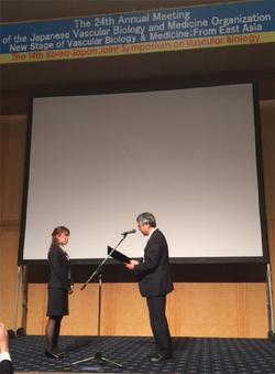 表彰式。右側は学会長の前村浩二先生(長崎大学大学院医歯薬学総合研究科循環器内科学 教授)