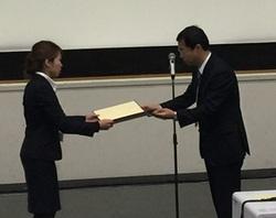 表彰式。右側は学会長の筒井正人先生(琉球大学大学院医学研究科 薬理学教授)