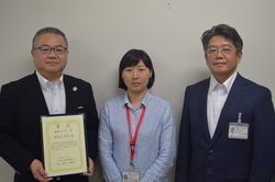 左から、受賞者 野見山哲生教授と、共同研究者の上條知子助教、塚原照臣教授