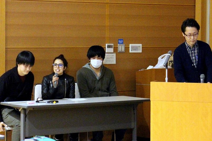 司会を務めるHanaa Naoumaさん(1年、左から2人目)