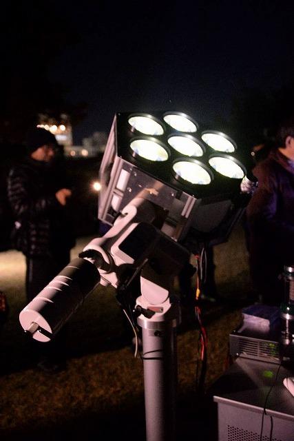 赤道儀に搭載された投光器
