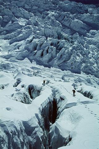 雪氷の中を歩く登山者