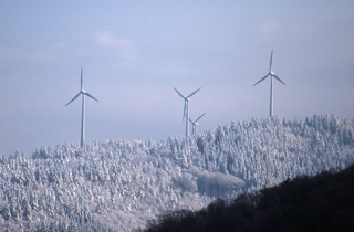 山頂に立つ風力発電機