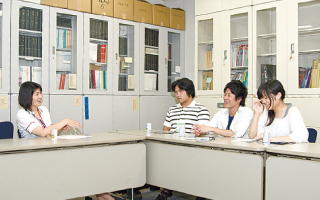 中島久美子さんと学生スタッフ3人