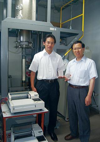 干川客員教授(右)と宮川さん(左)