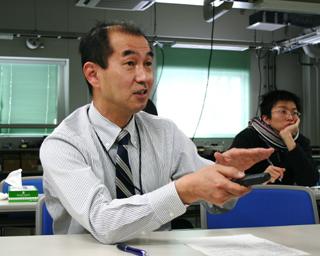 熱心に話す佐藤敏郎教授