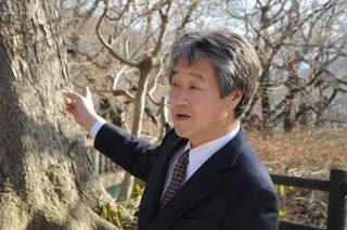 公園内の「銘木」について語る岡野哲郎教授