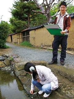湧水の調査を行う研究室の学生達