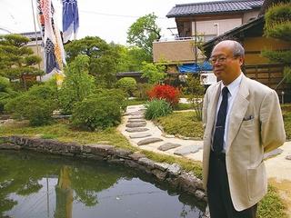 庭池を眺める佐々木教授