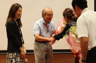 卒業生から花束を受け取る土井教授