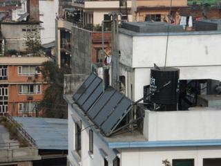屋根に設置されたソーラーパネル