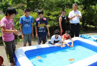 特設プールで試作品の出来を試す子供たち