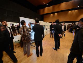 展示会には大学18、起業26の計44ブースが出展