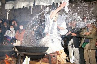 霜月祭りの湯立