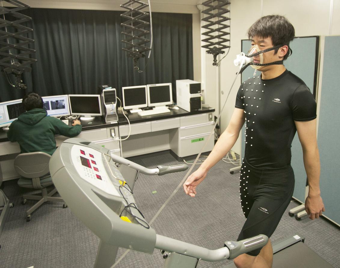 着ながらトレーニングができる、というコンセプトのスポーツウェアの開発で行った測定の様子。負荷をかける締め付け加工をしたウェアを着て、消費エネルギーや筋活動を調べて効果を検証した