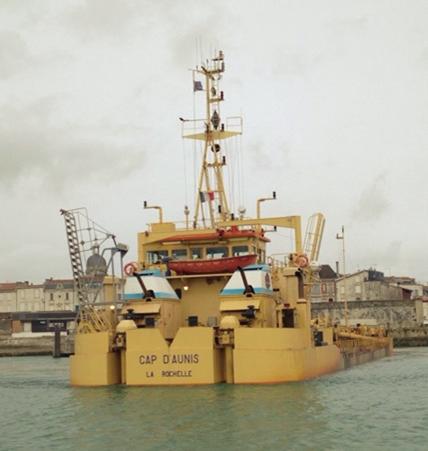 港で堆積物を除去する船