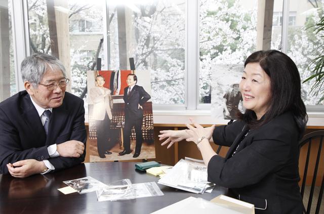 対談する山沢学長と斉藤由香さん