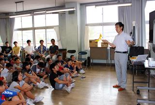 水生動物の動きについて子供たちに説明する森川教授
