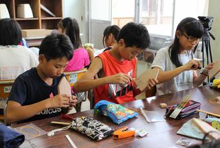 メカフィッシュを制作する子供たち