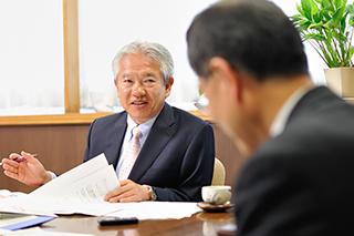 丸山貢一 信濃毎日新聞社 論説主幹と濱田州博 信州大学長
