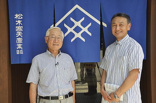 松木寒天産業(株)の松木社長(左)・農学部の鈴木准教授(右)