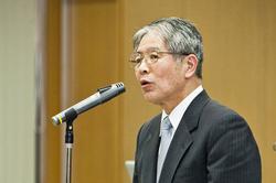 シンポジウム開催にあたり挨拶をする山沢学長