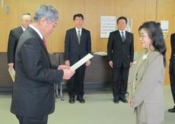 委嘱状の交付を受ける松岡支援室長