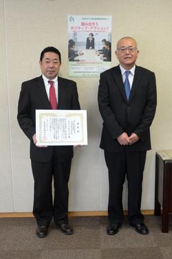 表彰状を手にする大森総務部長(左)と岡崎長野労働局長(右)