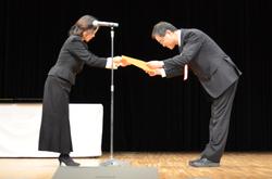 中島副知事(左)より表彰状を受取る濱田学長(右)