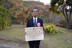 表彰状を手にする濱田学長