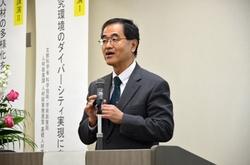 開会挨拶をする濱田州博学長