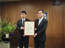青木長野県県民文化部次世代サポート課長(左)と濱田学長(右)