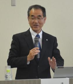 開会のあいさつをする濱田学長