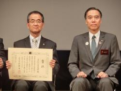 表彰状を手にする濱田州博学長(左)と阿部守一長野県知事(右)