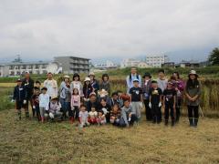 稲刈り後に記念撮影