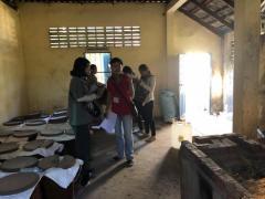 農家を訪問し生業に関する情報を収集,酒造りも体験