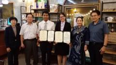 本学の修了証書を手にしたWirsarutさん(左から3番目)、Kitiyaさん(中央)とスラナリ工科大学の教員、伴野教授ら