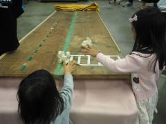 木工教室で作製したおもちゃで遊ぶ様子