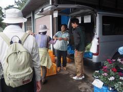 野辺山ステーションで収穫したキャベツの販売の様子