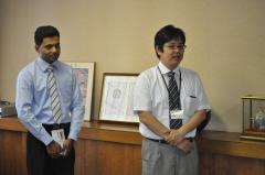 お礼を述べるサンギート・ラトナヤカさんと松島憲一准教授(指導教員)