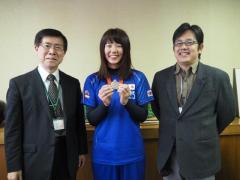 ④学部長報告時の様子(左から藤田学部長、坂井さん、松島准教授(指導教員))