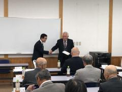 握手を交わす茅原同窓会長と藤田農学部長
