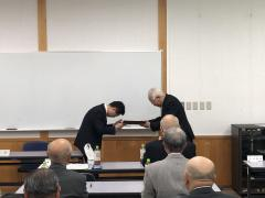 感謝状贈呈の様子(右:茅原同窓会長、左:藤田農学部長)
