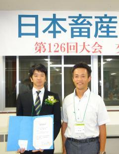 受賞した生井楓さん(左)と指導教員の下里剛士教授