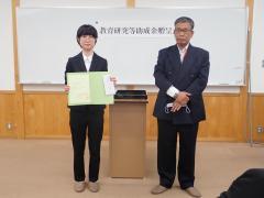写真左より、コ ウンギョンさん(信州大学農学部4年)、池上 幸平 氏(伊那中央ロータリークラブ2021年度会長)