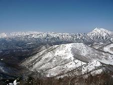 戸隠連峰と高妻山 手前は瑪瑙山(飯縄山のピークの1つ)、奥の白い峰々は北アルプス