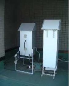 屋上に設置されたハイボリュームエアサンプラー(大気エアロゾル捕集装置)