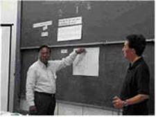 カンボジアで模擬授業を実施 左の人は生徒役となったカンボジアの専門家、右は模擬授業を行った榊原教授