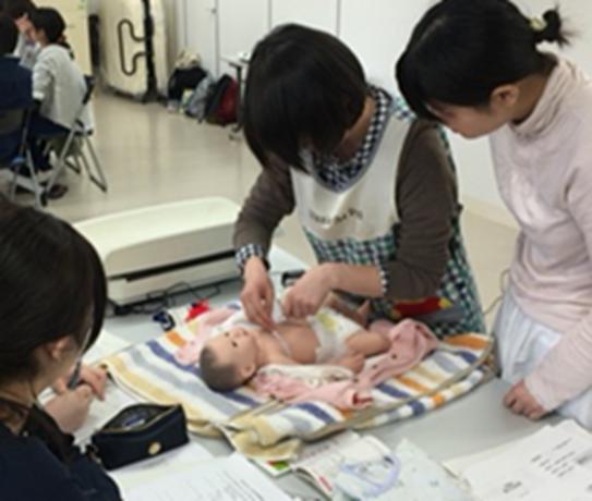 赤ちゃんの「発育」をみるための技術を学ぶ演習の風景.JPG